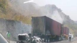 La cabina del operador y el interior de un contenedor resultaron calcinados mientras circulaba sobre la autopista Guadalajara-Colima.