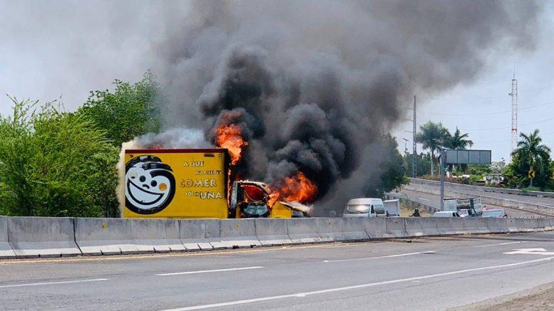 Puntos carreteros de Apatzingán, Buenavista, Parácuaro, Tepalcatepec y Aguililla fueron obstruidos con vehículos incendiados.